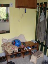Na oklepané zdi byl starý radiátor za který občas zateklo z vany - za zdí je koupelna.