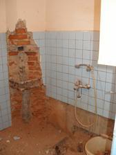 V komíně jsme objevili trubky, které kdysi vedly do kamen, kterými se koupelna vytápěla.