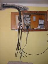 V tom aby se čert vyznal, no hlavně že se vyzná elektrikář :-)