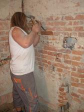 Mužíček v akci - seká místo na sprchovou baterii