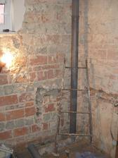 Odpadní trubka připravena pro budoucí (hodně budoucí) horní koupelnu. K tomu ještě přibyly dvě trubky na vodu.