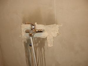 17.den - zjistili jsme, že zedník špatně zaházel vodu do sprchy tak jsme museli sekat a upravit to