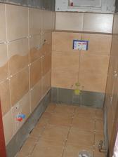 Skoro obložený záchod