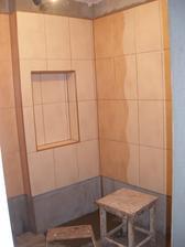 22.den - obložená celá koupelna kromě poslední řady a dlažby, část obkladů vyspárována