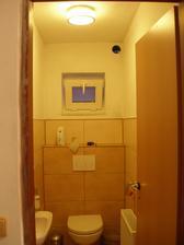 Vymalován i záchod, teď už jen přidělat ventilátor a je to komplet