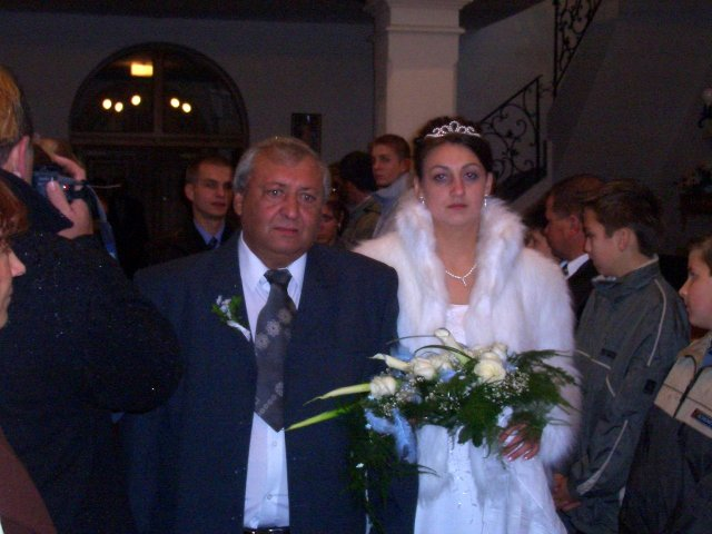 Andrea Nováková{{_AND_}}Martin Kasman - ocinko Martin vedie dcéru pred oltár  k ženichovi