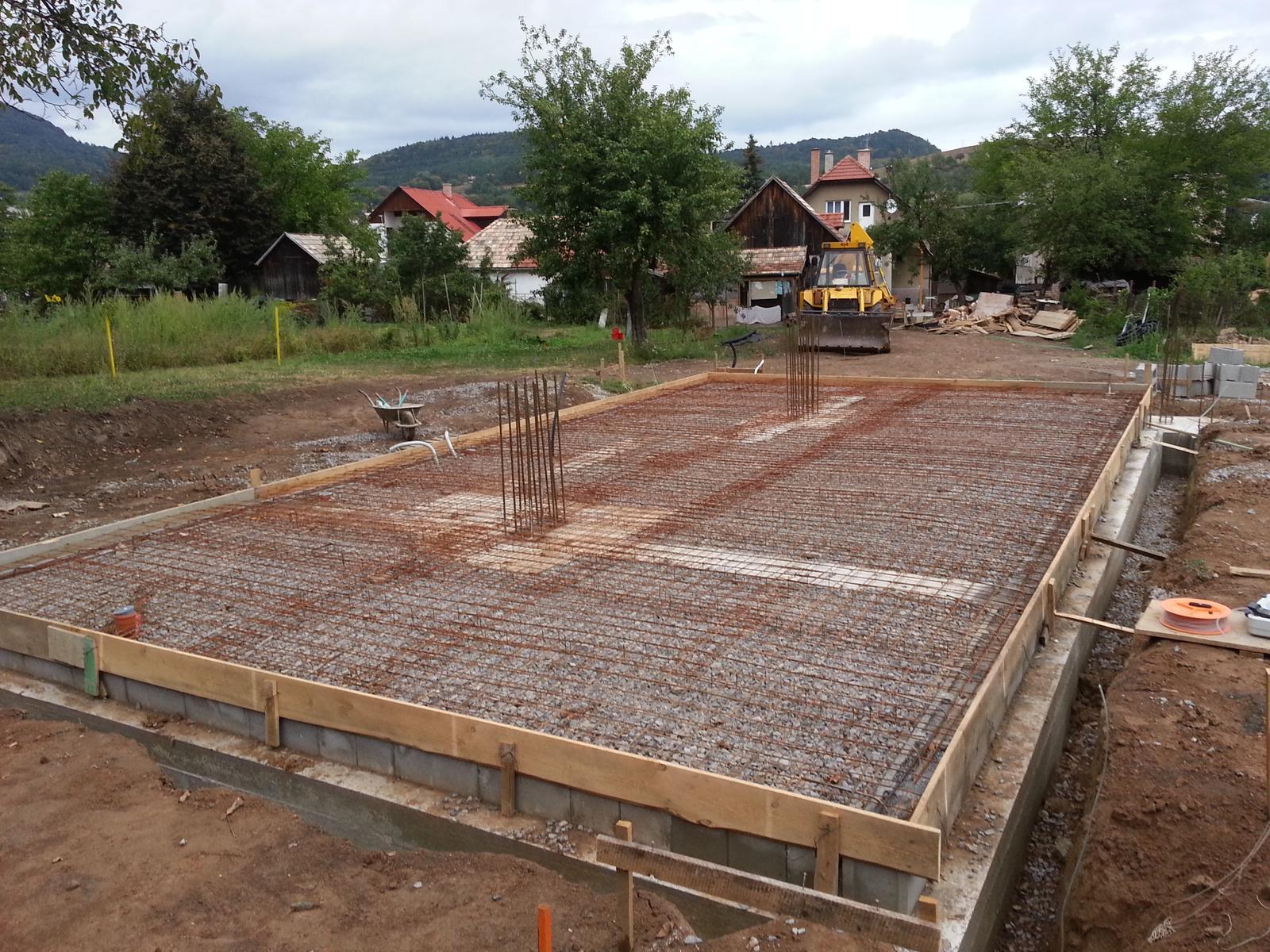 Pasívny dom svojpomocne - Debnenie zarovnané cez Nivcomp, výškový rozdiel po zaliatí vznikol na stranách max. 2 mm