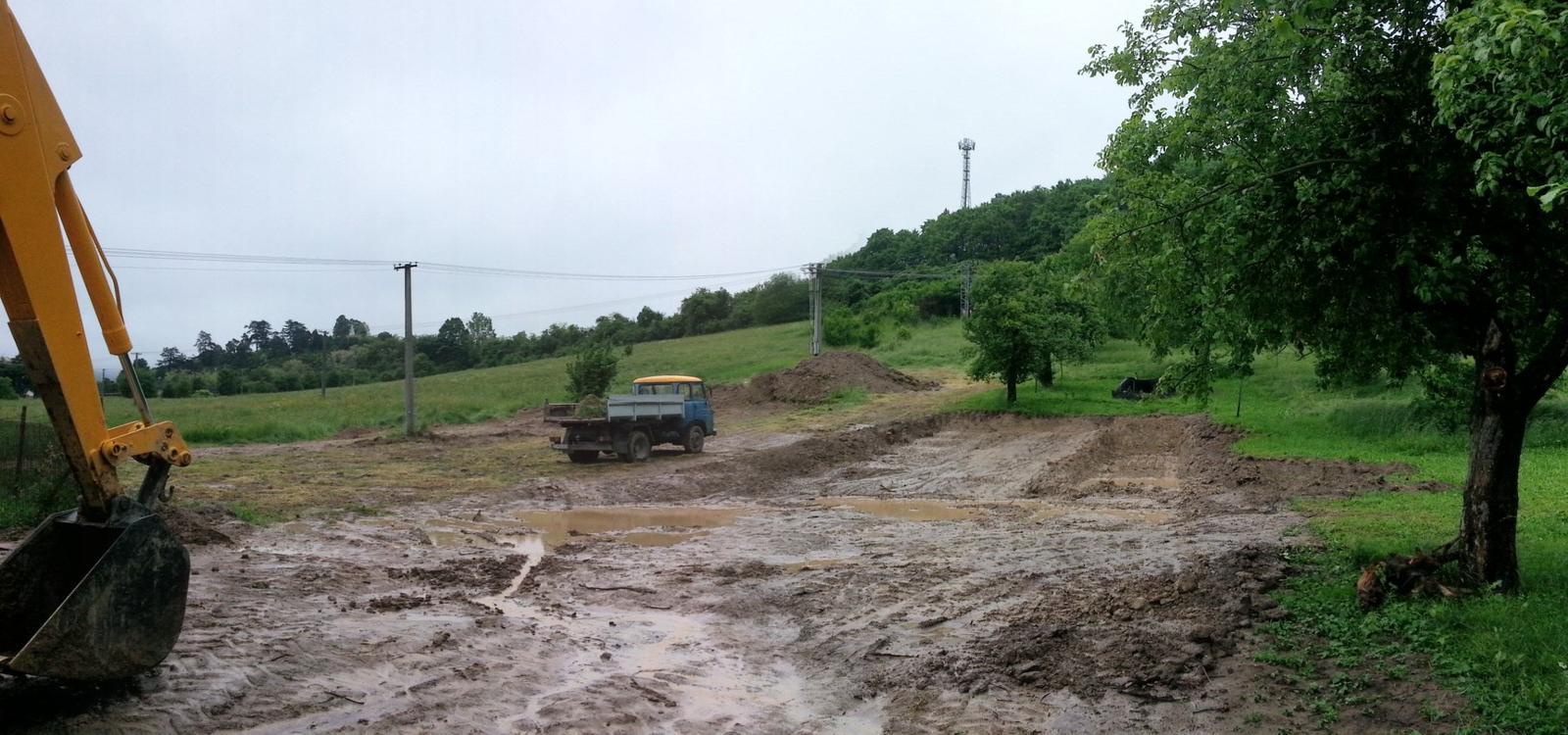 Pasívny dom svojpomocne - Jún 2013. Odtialto zmizne vyse 900 m3 zeminy.Tu sa uz oplatilo investovat do vlastnej stavebnej techniky.