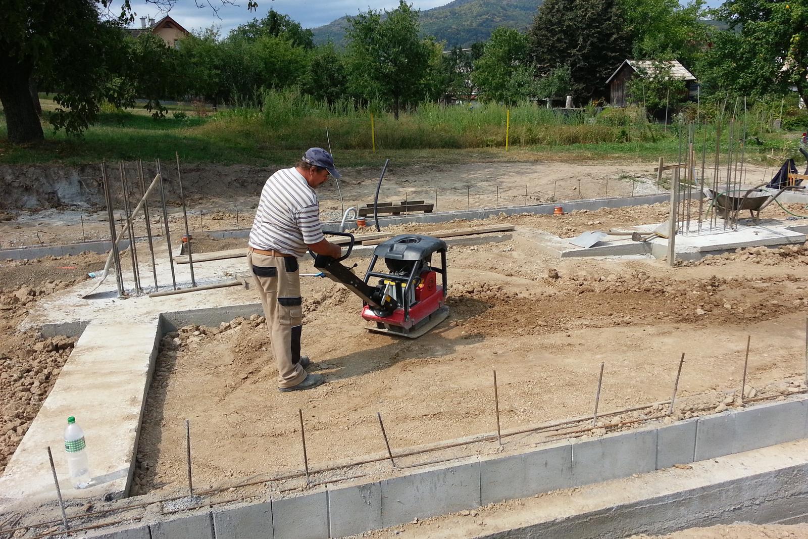 Pasívny dom svojpomocne - Zhutnenie najskôr zeminy a následne príde 15 cm štrku