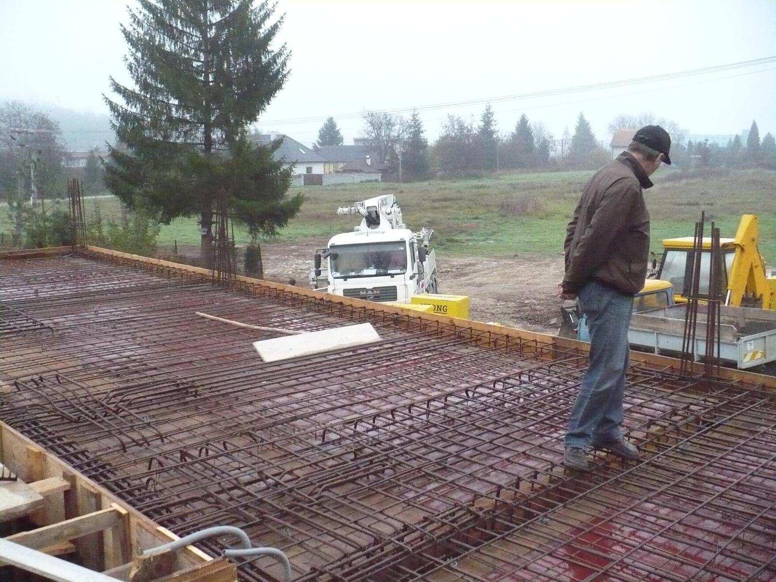 Pasívny dom svojpomocne - Posledná kontrola, za 2 hodiny bude zaliate a uvibrované.