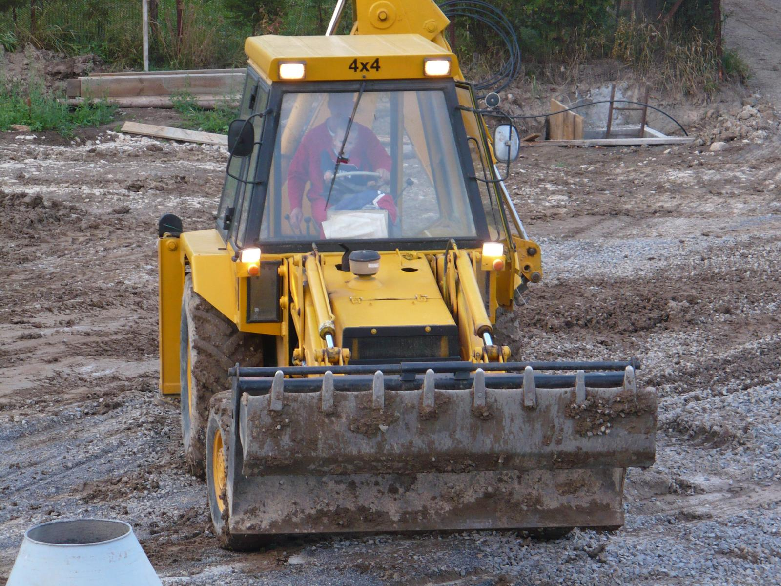 Pasívny dom svojpomocne - Na taketo terenne upravy sa oplatilo obstarat vlastny traktorbager