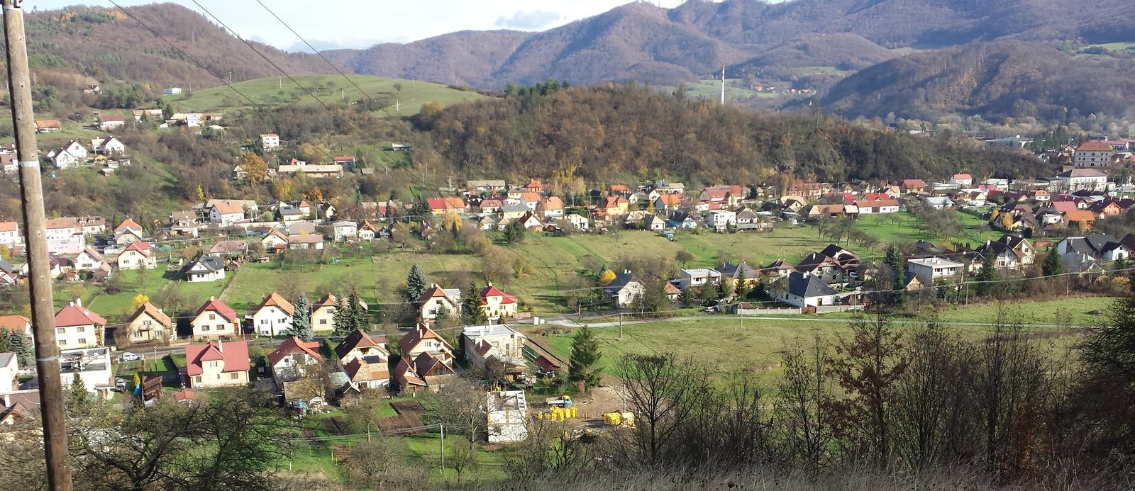 Pasívny dom svojpomocne - Natocenie domu na juhovychod, pretoze na juhu tieni kopec.