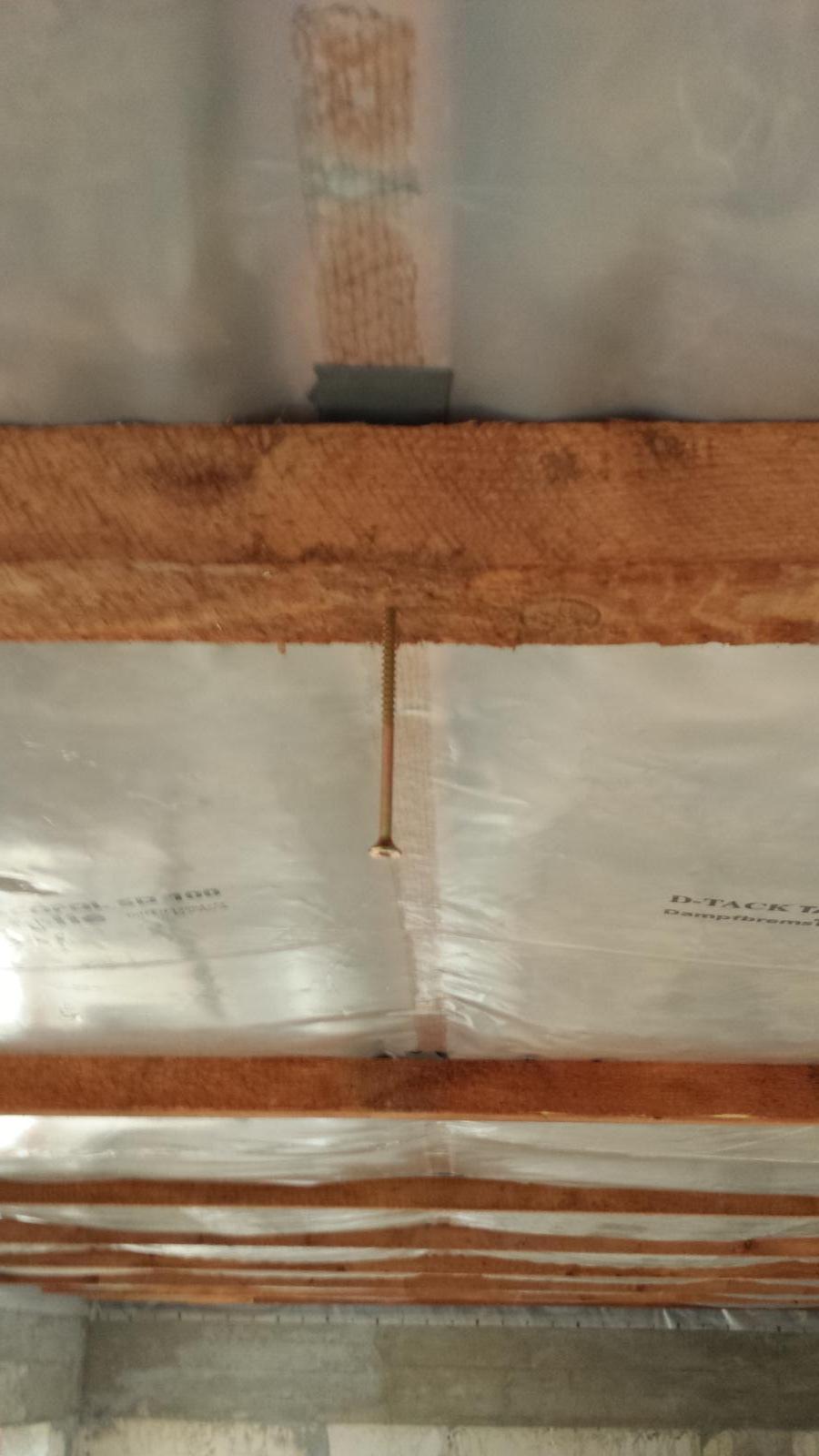 Pasívny dom svojpomocne - Skrutkotesna paska medzi kontralatou a foliou
