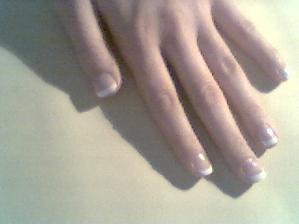 Zkouška francouzské manikúry, omlouvám se za kvalitu. Zvažovala jsem i umělé nehty, ale asi zůstanu u svých.