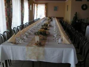 Zde je už vše připraveno na hostinu.