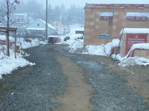 To byl ten rok co napadlo nejvíc sněhu :o) ale zem nebyla zmrzlá, museli jsme tam dát štěrk, aby auta nezapadly - dopadlo to dobře :o)