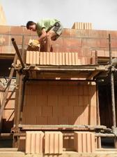 8.5.2011 Vytahání ručně cihel na panely pro stavbu podkroví
