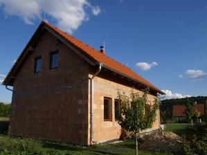 Střecha včetně komínu a hromosvodu dokončena!  11.8.2012