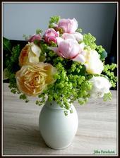 Uloupila jsem si ze zahrady mé milované anglické růže a květy kontryhele.