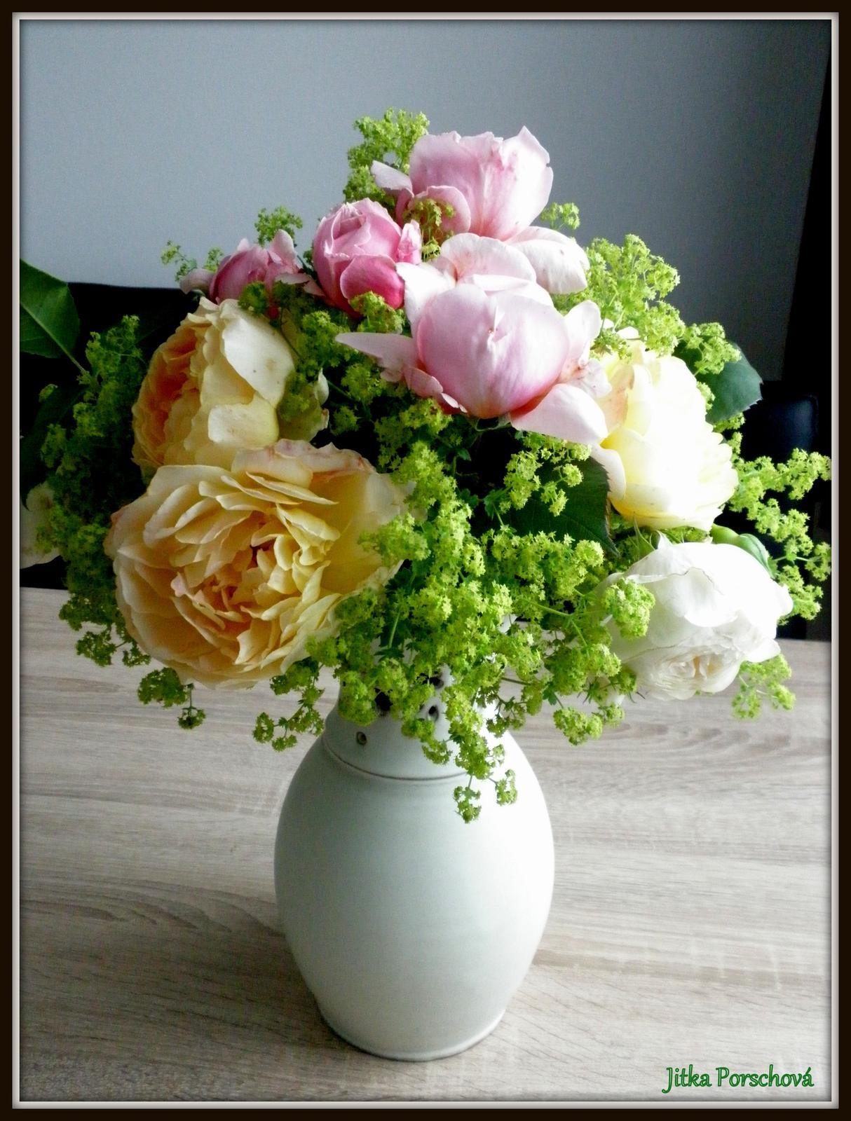 Trocha dekorace doma. - Uloupila jsem si ze zahrady mé milované anglické růže a květy kontryhele.