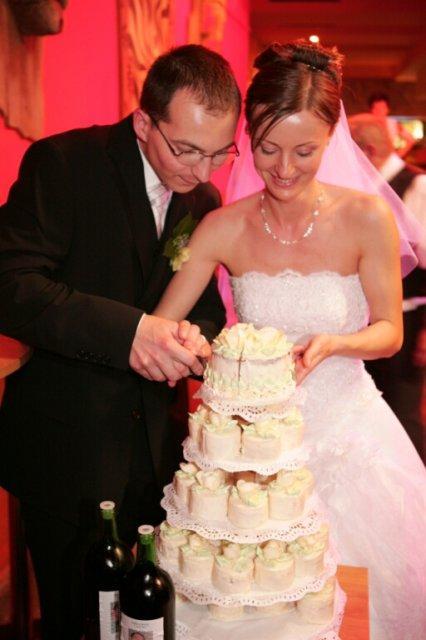 Svadba 27. augusta 2005 sa blíži! - takúto tortu - malé tortičky by som chcela, ale asi nenájdem nikoho, kto by to upiekol