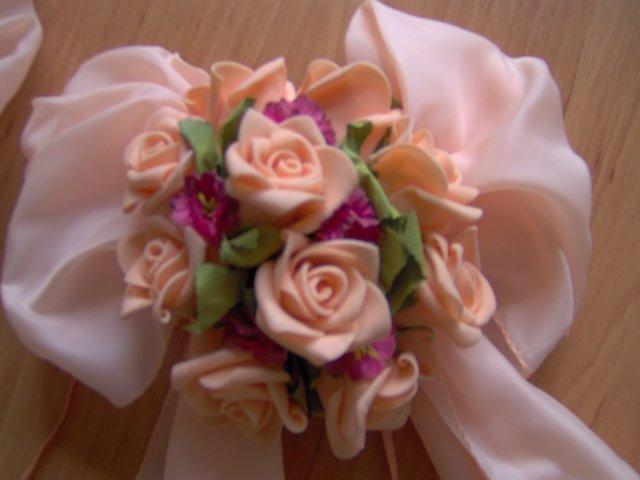 Svadba 27. augusta 2005 sa blíži! - detail ... s malými ružovými kvietkami