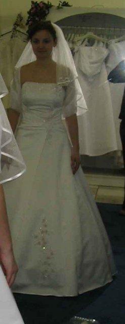 Svadba 27. augusta 2005 sa blíži! - moje šaty z predu - len budem mať iný závoj