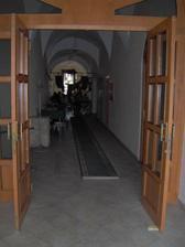 vstup do reštiky, kde bude svadobná hostina
