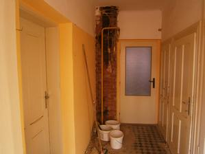 Kuchyňka je za skleněnými dveřmi. Prášilo se, boural se komín ... a vzápětí se stavěl nový