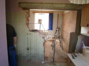 Hle ... kus stěny je pryč a naráz jsme už v původní ložnici, kde bude ale jídelna :) takže vznikl průchod kuchyně _ jídelna