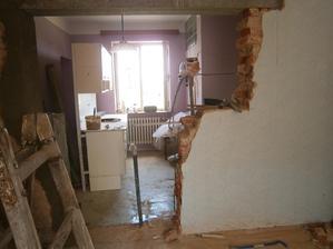 Koukneme se z druhé strany do kuchyně :) Z okna se v budoucnu stanou dveře s východem na zahradu k pergole.