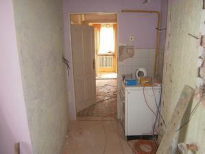 Pohled z kuchyně do chodby