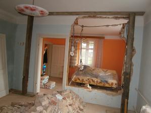 Tady byl ještě kousek původní stěny ... takže pohled z původní ložnice do původního obýváku