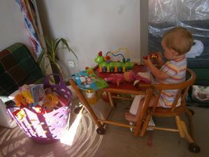 po nastěhování červenec 2013 začaly prázdniny a malá začínala zrovínka chodit. . .za igelitem se trhá podlaha v obýváku
