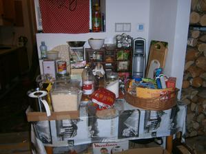 vše z kuchyně putuje různě do krabic, na stůl a pod stůl :-(