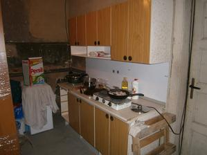"""linka stojí v garáži, takže po """" nějakou"""" dobu budeme různě přebíhat s jídlem, nádobím, hm, to bude zajímavé. ...a za tou stěnou, co je za Persilem se mi bude rýsovat kuchyňka nová :-)"""