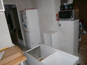 tady tahle strana ještě nic moc. naše kuchyň  je zajímavá ... uvědomila jsem si, že máme 4 stěny a 3 z nich mají vstup :-) jsem tzv. otevřená všem ! :-)