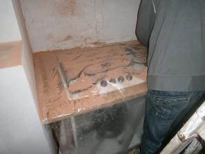 nastala ta horší část, kango, vrtačky a buření do stěn... vývod pro digestoř a elektrika....prach a binec a binec a binec. původně jsme netušili kam přesně vyjdou zásuvky a vypínače, takže jsme to museli nechat až na realizaci kuchyně.