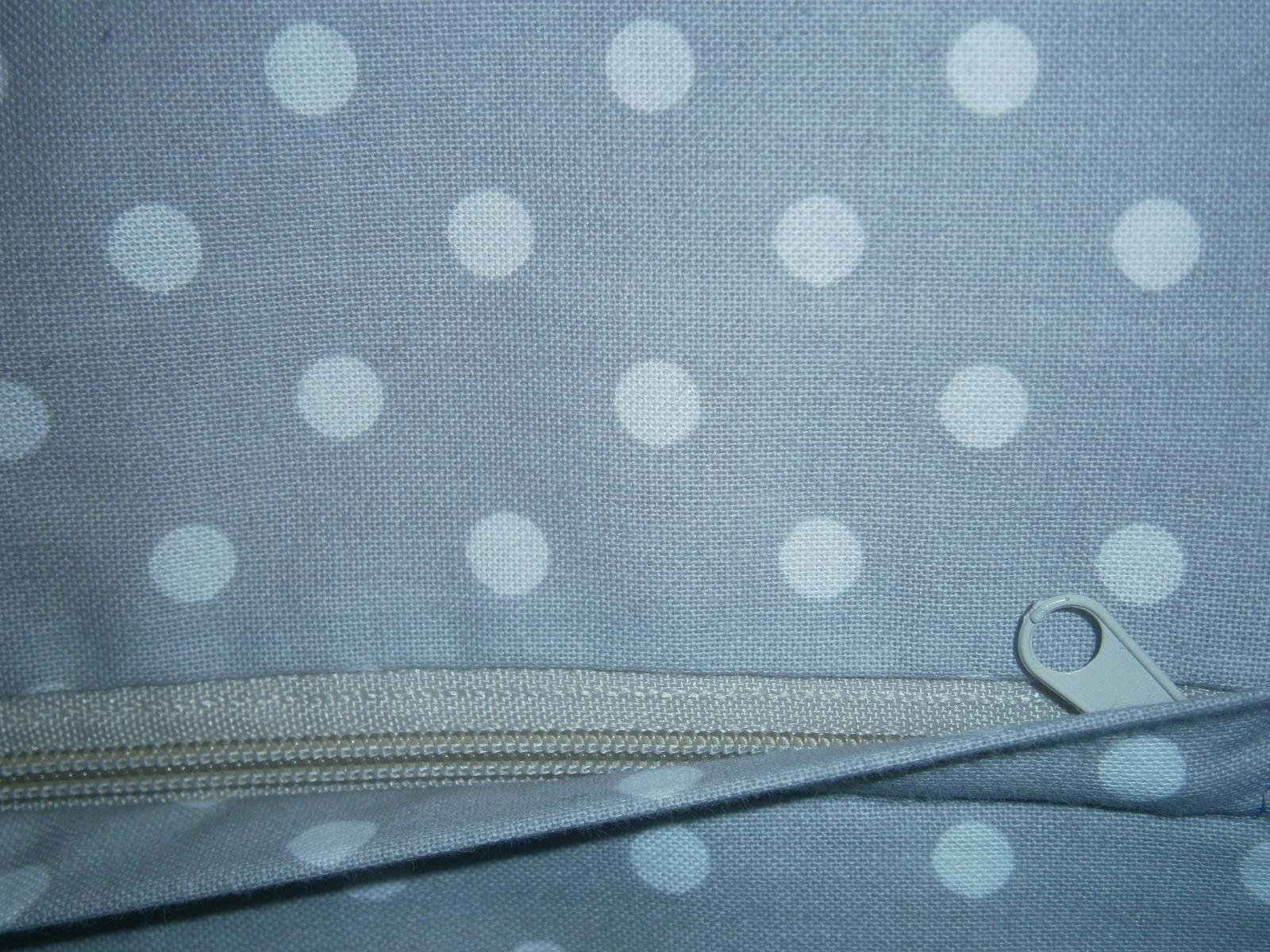 Šije šije  .....i háčkuje .... iiiviii :-) - tak jsem to dokázala. ušila jsem polštář se skrytým zipem