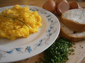 když se u nás v kuchyni chystá snídaně ...vajíčka na másle a na cibulce
