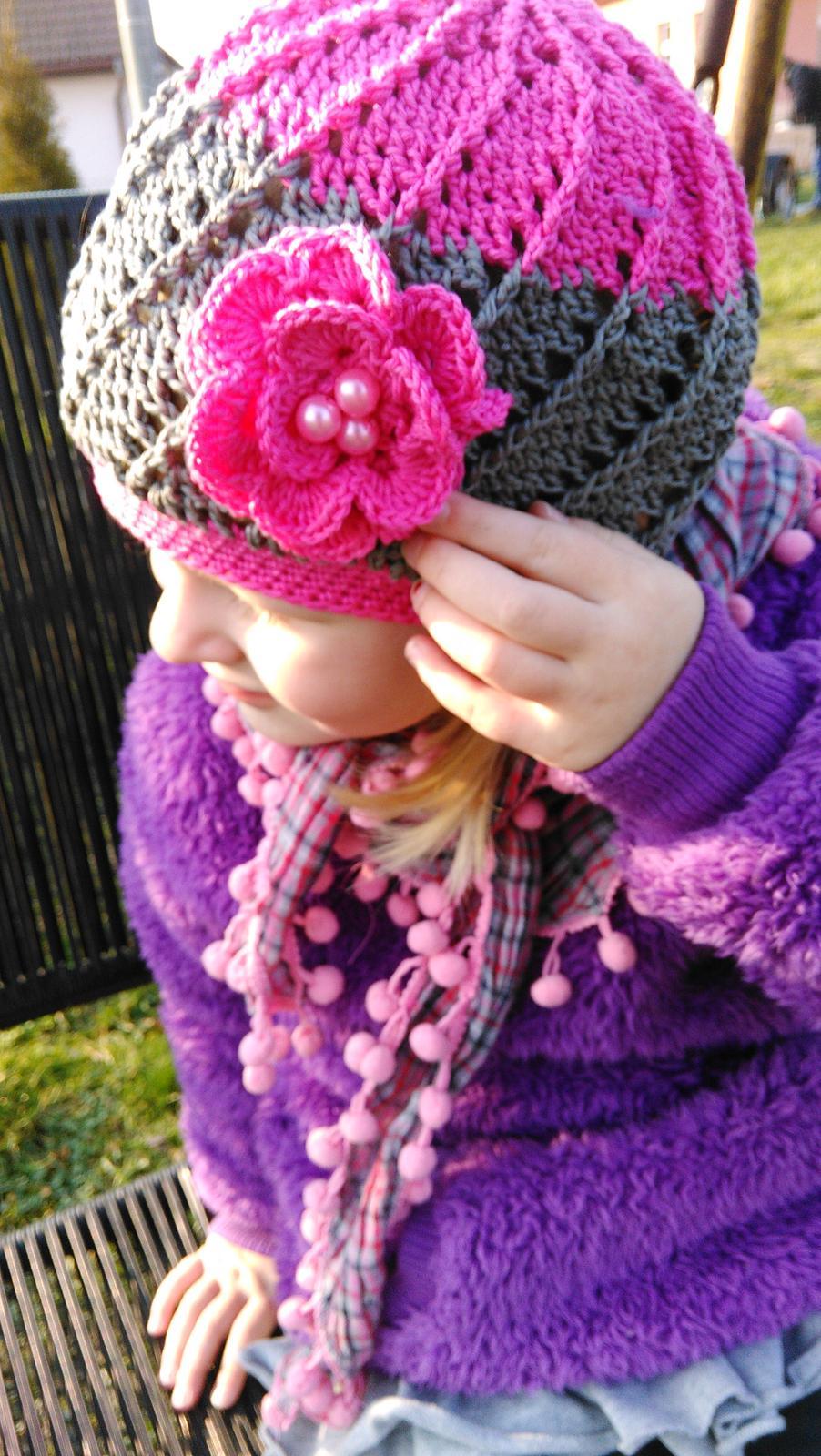 Šije šije  .....i háčkuje .... iiiviii :-) - podařila se mi čepice i kytka. Malá má radost a já též