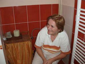 mamík testuje WC