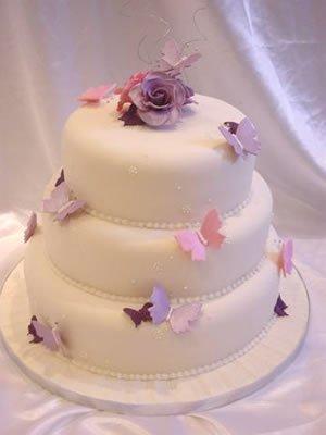 Už sa nám to blíži... - tortičku ladenú tiež do bordova.. a s kvietkami...