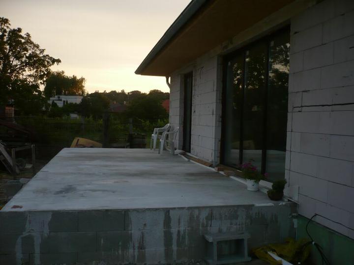 Stavba nášho domu - Pohlad z boku na terasu