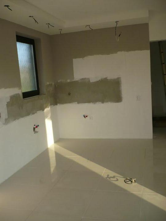 Stavba nášho domu - Podlaha je biela leskla ..fotka skresluje..