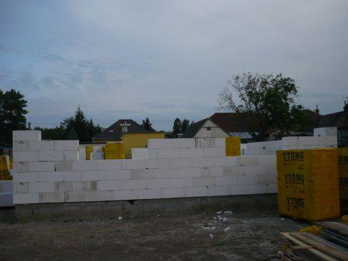 Stavba nášho domu - 12.5.09 tahame mury