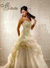 a o takých šatách snívam len v bielom :)