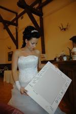 do této pasparty, na kterou se nám všichni svatebčané podepsali, si dáme naši svatební fotku
