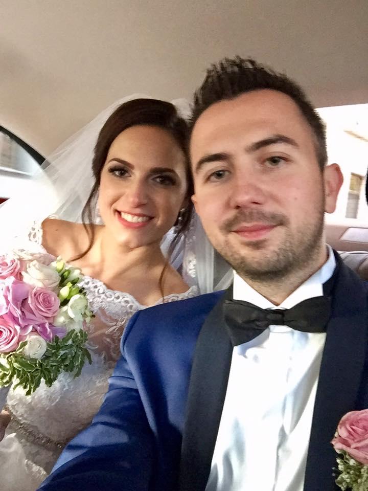 Miska{{_AND_}}Martin - Prvá foto ako manželia.. samozrejme selfie vo svadobnom aute.. :-)