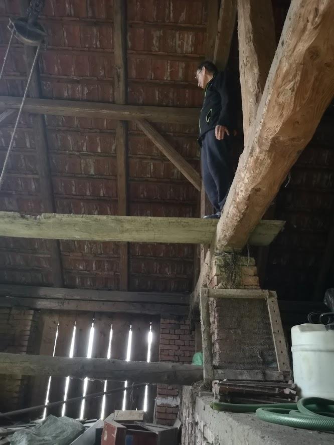 Původní, tedy stávající stav - Táta na trámu v kůlně...snad jednou budoucí ložnice s výhledem